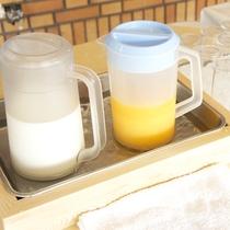 【ご朝食(一例)】朝食のお供といえば牛乳!フレッシュなオレンジジュースもご用意しております。