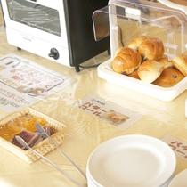【ご朝食(一例)】トースターも備えていますのでお好みに合わせたホカホカのパンをお召し上がり下さい!