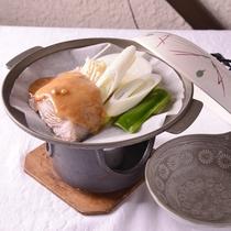【陶板焼き(一例)】時期に合わせた旬の食材を、アツアツの陶板焼きでお召し上がりください。