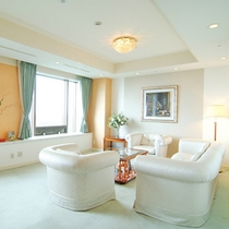 *【待合室】白を基調とした、落ち着いた大人の空間。