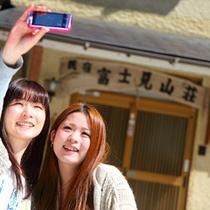 玄関前で記念写真