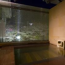 露天・内湯付きモダン和室の「山吹」の露天風呂