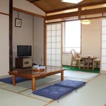 【客室一例】畳のお部屋でゆっくりお寛ぎください。