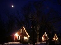 冬の月光とコテージ