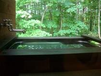 客室専用の露天風呂は気兼ねなく森林浴を楽しめます♪