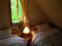 野鳥のさえずりが賑やかな朝を迎えられるベッドルーム♪