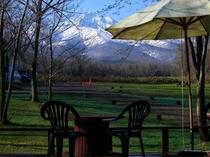 春芽吹きの頃、デッキから斜里岳を望む