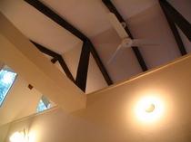 B棟の天井にはゆっくりとシーリングファンが回ります♪