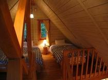 北海道産木材の香り漂うロッジ調の室内