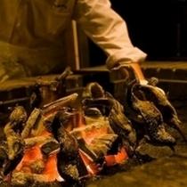 囲炉裏で炭火焼にするヤマメ