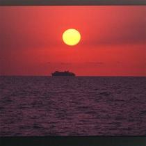 *夕日と船
