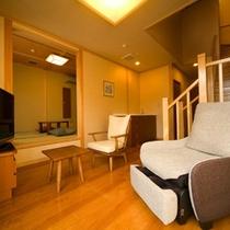 【風の音・リビング】水盤に面したリビング和室6帖。1階・2階ともトイレがございます。
