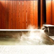 【竹の音・露天風呂】洗い場は冬でも暖かい床暖房。ゆったりと入れる大理石の浴槽
