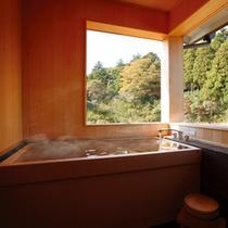 名月・檜展望内風呂 吹き抜ける自然の風に包まれながら温泉に浸かる