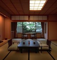 和室14.5畳+檜温泉内風呂付客室。階段を上がりました2階のお部屋でございます。