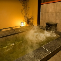 【川の音・露天風呂】洗い場は冬でも暖かい床暖房。ゆったりと入れる大理石の浴槽