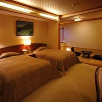 檜温泉内風呂付洋和室「名月」 ふかふかのベッドで疲れを癒やす…。