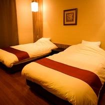 【笹の音・ベッドルーム】リビングに繋がるゆったりとした清潔感のあるツインベッド