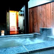 【穂の音・露天風呂】大理石の浴槽。洗い場は床暖房。