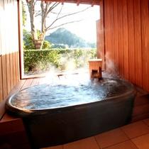 信楽焼温泉露天風呂。吹き渡る爽やかな風に吹かれながら、流れ行く雲を仰ぐ至福のひと時。