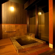 【笹の音・露天風呂】床暖房付きのゆったりと入れる大理石の浴槽