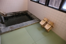岩風呂。畳敷きで足元も暖かになりました。