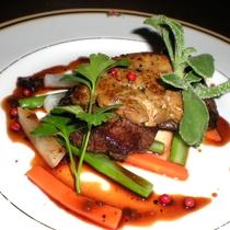 【夕食一例】牛ステーキにフォアグラをのせた、贅沢な一品。
