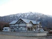 残雪の氷ノ山をバックにしたホワイトウイング