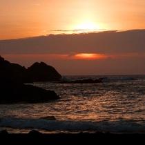 日本の夕陽百選に選ばれるほど美しい。