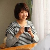 朝食後客室内人物コーヒーイメージ