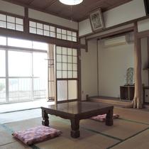 *眺望の良い客室(1号室):素朴な雰囲気の和室です