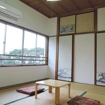*眺望の良い客室(3号室):窓の外には壱岐らしい風景が広がります