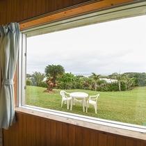 *[風景]和室からの眺め。緑の芝生越しに眺める青い海を見ながらのんびり過ごすのもいいですね。
