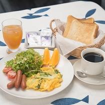 *[朝食一例]7:30~9:00はパンとコーヒーなどの軽食をご用意致します。