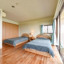 *[ファミリールーム]ツインよりゆったりとした広さのセミダブル2台を配した客室