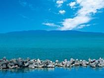 目の前に広がる透きとおる海と粟島