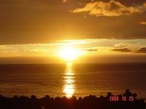 全室から見える地平線に沈む夕日