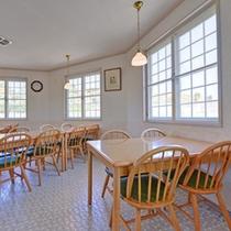 *食堂/窓から注ぐ木漏れ日を浴びながら食す和食会席。壱岐の新鮮な海の幸は絶品です!