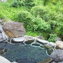 *【温泉】開放的な空間の露天風呂では、新緑、紅葉など四季の変化を楽しみながら、入浴できます。