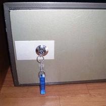 *【客室設備一例】各お部屋にある貴重品金庫。ご利用くださいませ。