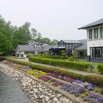 *【外観】小川と季節の花々に囲まれた当館。自然の中で寛ぎの時間をお過ごし下さい!