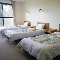*【1階/洋室トリプルルーム一例】ベッドが3つ、ゆったりとした広さの洋室。お1人様利用もOK!