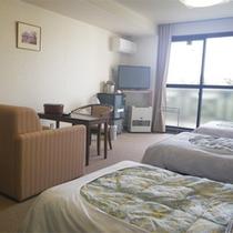 *【1階/洋室トリプルルーム一例】大きめの窓からは明るい陽ざしが差し込みます。バリアフリーにも配慮。