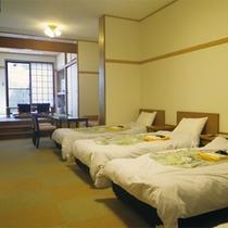 *【1階/バリアフリー特別室一例】ワンフロアーにベッド・和室・お風呂・トイレが設置されています。