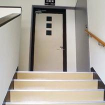 *【3階/客室一例】階段の先にある、洋室トリプルと和室10畳、そして談話スペースのあるお部屋。