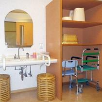 *【1階/バリアフリー特別室一例】洗面台にも使いやすい配慮。室内には歩行器もございます!