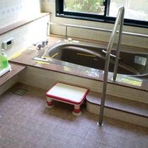 *【1階/バリアフリー特別室一例】高齢者や身障者の方にも安心してお入り頂ける客室風呂。