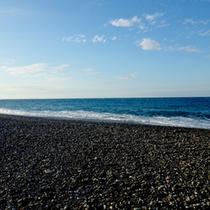 当館目の前に広がるヒスイ海岸。翡翠を探しながら散策もオススメです♪