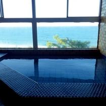 【お風呂】温泉ではございませんが、目の前に広がる翡翠海岸を眺めながらゆっくりお入りいただけます。