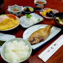【朝食一例】焼き魚やオムレツ、わかめのお味噌汁等、和定食をご用意致します。